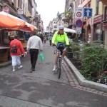 die Fußgängerzone Saverne mit Radler