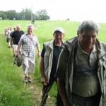6 Männer laufen durchs Gras