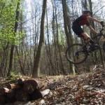 fliegender Biker auf dem Schluchtenpfad bei Rissenthal