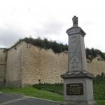 Fernwanderungen in Frankreich; Schloss bei brit. Soldatenfriedhof von Picguigny