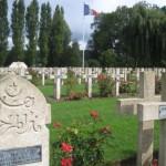 """Fernwanderungen in Frankreich; Friedhof mit """"Nasr Ben Ali"""""""
