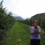 Dolomiten-Zeitung mit Frau Höller und Wanderhans auf dem Goetheweg bei Auer/Südtirol