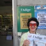 Trento, Zeitung L-Adige mit Wanderhans auf dem Goetheweg