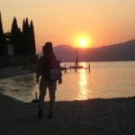 Wanderer auf dem Goetheweg am Gardasee auf Quartiersuche