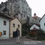 Tramper steht in Sondershausen unterm Schloss