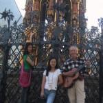 """""""Schöner Brunnen"""" in Nürnberg mit Straßenmusikant und 2 Asiatinnen (?)"""