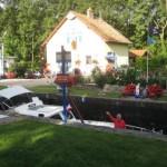 schönes Schleusenhaus am Rhone-Rhein-Kanal mit Boot