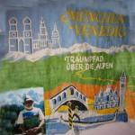 """Tutzinger Hütte mit Plakat """"Traumpfad über die Alpen"""" = München - Venedig"""
