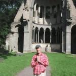vorm Kloster Heisterbach betet ein Wanderer um gutes Gelingen
