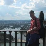 Wanderer auf der Festung Ehrenbreitstein mit Blick auf das Deutsche Eck und die Moselmündung