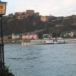 Blick vom Rheinufer auf die Festung Ehrenbreitstein