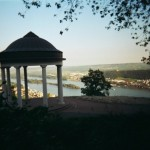 im Niederwald steht der bekannte Goethetempel mit Blick aufs Rheintal bei Rüdesheim