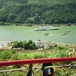 im Rhein wird gebaggert vor Schloss Reichenstein