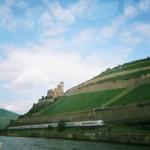 Rhein mit ICE, Burg und Weinbergen; Romantik pur!