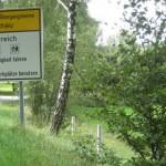 Schild vor der Schernau mit dem Männerwohnheim