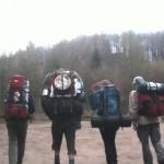 Rucksackwanderer laufen auf die Burgruine Gräfenstein
