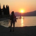 Sonnenuntergang am Gardasee mit Wanderer