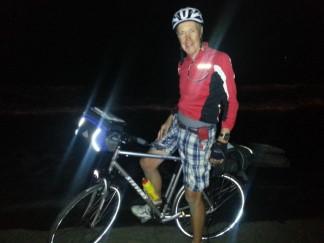 Fernradler aus dem Saarland ist in tiefer Nacht am Mittelmeer