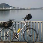 """Via Rhona"" mit Fahrrad und Gitarre"